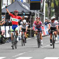 優勝したオールイス・アルベルト・アウラール(左)=全日本実業団自転車競技連盟提供