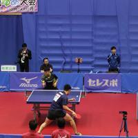 「第74回国民体育大会」の卓球競技をご覧になる天皇、皇后両陛下=茨城県日立市で2019年9月29日、吉田航太撮影