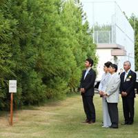 育種素材保存園を視察される天皇、皇后両陛下=茨城県日立市で2019年9月29日、吉田航太撮影