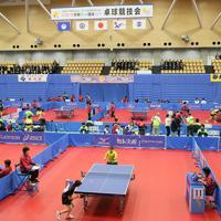 天皇、皇后両陛下がご覧になる中行われた「第74回国民体育大会」の卓球競技=茨城県日立市で2019年9月29日、吉田航太撮影