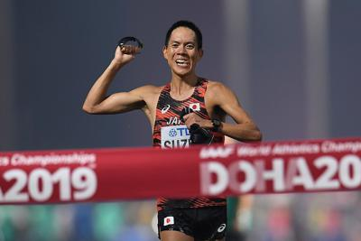 男子50キロ競歩、1位でフィニッシュする鈴木雄介=カタール・ドーハで2019年9月29日、久保玲撮影