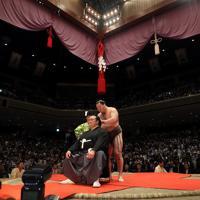 断髪式で、横綱・白鵬(右)に大いちょうにはさみを入れられる元横綱・稀勢の里の荒磯親方=東京・両国国技館で2019年9月29日、小川昌宏撮影