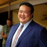 断髪式を終え、スーツ姿で笑顔を見せる元横綱・稀勢の里の荒磯親方=東京・両国国技館で2019年9月29日、小川昌宏撮影