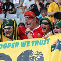 【オーストラリア―ウェールズ】試合前に盛り上がるオーストラリアとウェールズのファンたち=東京・味の素スタジアムで2019年9月29日、宮武祐希撮影