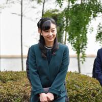 因幡万葉歴史館内をご覧になる秋篠宮家の次女佳子さま=鳥取市で2019年9月29日午後4時9分、望月亮一撮影