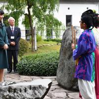 因幡万葉歴史館で、小学生による万葉集朗唱をお聞きになる秋篠宮家の次女佳子さま=鳥取市で2019年9月29日午後4時10分、望月亮一撮影