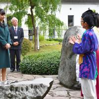 因幡万葉歴史館で、小学生による万葉集朗唱をお聞きになる秋篠宮家の次女佳子さま=鳥取市で2019年9月29日午後4時11分、望月亮一撮影