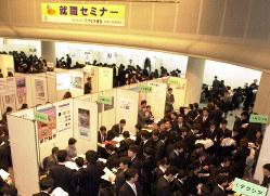 大学生が殺到した合同企業説明会。午前10時の開場前には約1000人の学生が並んだ。就職氷河期まっただ中の2001年2月14日=大阪市中央区で、佐藤賢二郎撮影