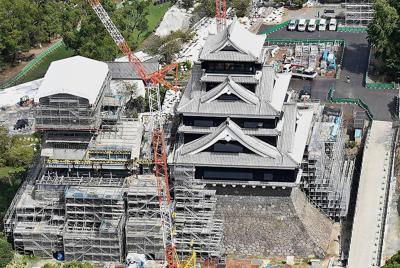 2016年4月の熊本地震で被災して修復工事が進む熊本城・大天守の外観工事が終わり、姿を現した熊本城の大天守=熊本市中央区で2019年9月27日、本社ヘリから津村豊和撮影