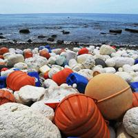 海岸を埋める発泡スチロールなどの漁具=津村豊和