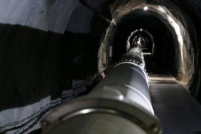 大型低温重力波望遠鏡「KAGRA」の1辺の長さ3キロメートルの真空ダクトが伸びるアームトンネル=岐阜県飛驒市神岡町で2019年9月30日、兵藤公治撮影