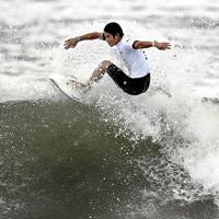 東京五輪のテストイベントで波に乗る田中大貴さん=千葉県一宮町で、矢頭智剛