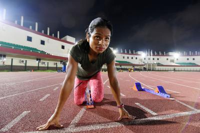 日が沈んだ競技場でスタートの練習をするデュティ・チャンド選手=インド東部ブバネシュワルで2019年9月13日、松井聡撮影