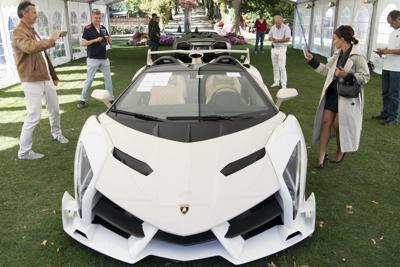 赤道ギニアのヌゲマ大統領の息子から差し押さえ、競売にかけられたランボルギーニVeneno Roadster (2014年モデル)=AP