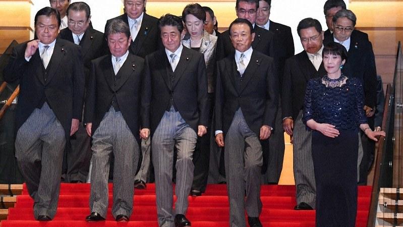 初閣議を終えて、記念撮影に向かう安倍晋三首相(手前中央)と新閣僚たち=首相官邸で2019年9月11日、北山夏帆撮影