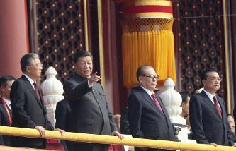 中国建国70周年の式典で天安門の楼上に立つ習近平国家主席(左から2人目)=AP、10月1日