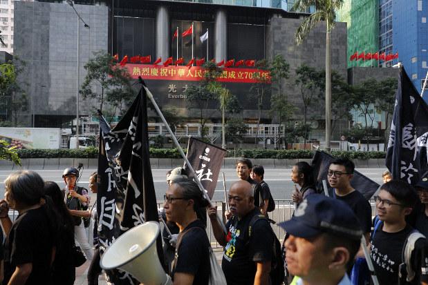 中国建国70周年の10月1日、香港ではこの日も反政府デモが行われた(AP)