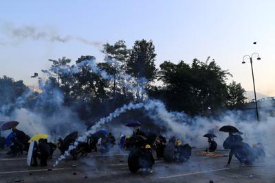 抗議活動に対し乱れ飛ぶ催涙弾=香港で2019年10月1日、ロイター