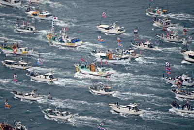 みあれ祭で海上を勇壮に進む漁船団=福岡県宗像市の大島沖で2019年10月1日午前9時54分、本社ヘリから矢頭智剛撮影