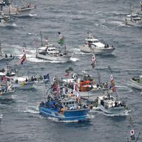 白波をたてて海上を勇壮に進む漁船団=福岡県宗像市の大島沖で2019年10月1日午前9時42分、本社ヘリから矢頭智剛撮影