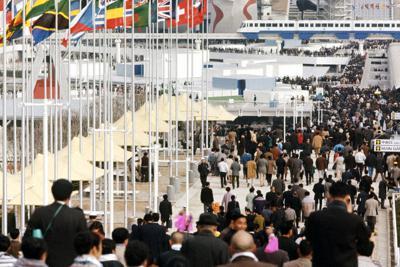 大阪万国の開催初日、各ゲートからどっと入場した人々。中央は岡本太郎がデザインした太陽の塔。展示物やイベントの制作に多くの建築家や美術家、音楽家らが参加した=大阪府吹田市の万博会場で1970年3月15日撮影