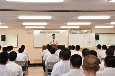 特殊詐欺について少年らに講演する愛知県警捜査員=瀬戸少年院で