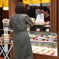 JR佐賀駅の弁当店。店内飲食なら消費税は10%、持ち帰りなら8%となる