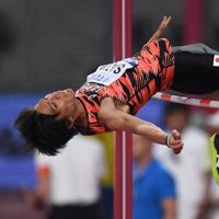 男子走り高跳び予選で2メートル22をクリアする佐藤凌=カタール・ドーハで2019年10月1日、久保玲撮影