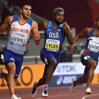 男子200メートル決勝、優勝したノア・ライルズ(中央)=カタール・ドーハで2019年10月1日、久保玲撮影