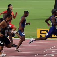男子200メートル決勝、1位でフィニッシュするノア・ライルズ(右)=カタール・ドーハで2019年10月1日、久保玲撮影