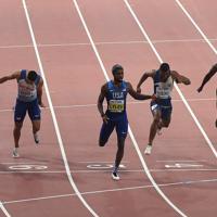 男子200メートル決勝、1位でフィニッシュするノア・ライルズ(中央)=カタール・ドーハで2019年10月1日、久保玲撮影