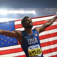 男子200メートル決勝で優勝し、喜ぶノア・ライルズ=カタール・ドーハで2019年10月1日、久保玲撮影
