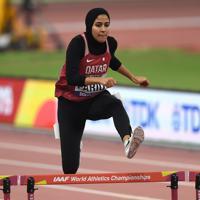 女子400メートル障害予選、歓声を受けて力走する地元カタールの選手=カタール・ドーハで2019年10月1日、久保玲撮影