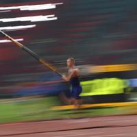 男子棒高跳び決勝、優勝したサム・ケンドリクスの5メートル87の跳躍=カタール・ドーハで2019年10月1日、久保玲撮影