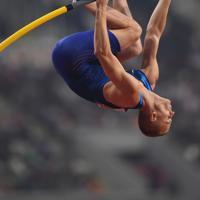 男子棒高跳び決勝、優勝したサム・ケンドリクスの5メートル92の跳躍=カタール・ドーハで2019年10月1日、久保玲撮影