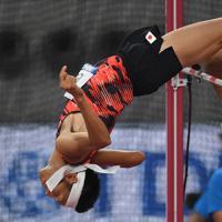 男子走り高跳びで2メートル22を失敗し、予選落ちした衛藤昂=カタール・ドーハで2019年10月1日、久保玲撮影
