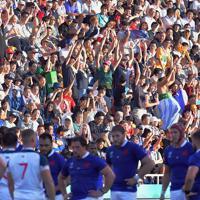 【フランス―米国】前半、客席で盛り上がるラグビーファンら=レベルファイブスタジアムで2019年10月2日、森園道子撮影
