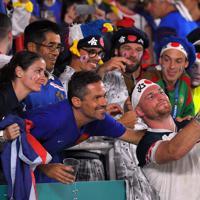 フランスとの試合を終え、ファンとの記念撮影に気さくに応じる米国のランボーン(手前右)=レベルファイブスタジアムで2019年10月2日、森園道子撮影
