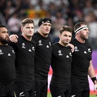【ニュージーランド-カナダ】試合前に肩を組んで国歌を歌う(左2人目から)ニュージーランドのJ・バレット、S・バレット、B・バレットら=昭和電工ドーム大分で2019年10月2日、竹内紀臣撮影