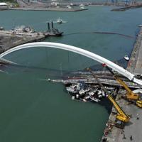 台湾北東部宜蘭県の港で崩落した橋=2019年10月1日、AP