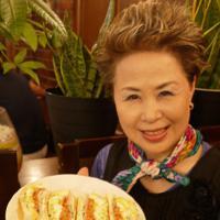 キムチサンドを手にする岩村瑛子さん=大阪市東成区で2019年9月9日、久保聡撮影