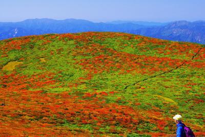 山頂付近から秣岳方面を望む=栗駒山で2019年9月27日11時19分、佐藤伸撮影