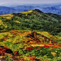 主稜線から秣岳方面。遠方に鳥海山がかすむ=栗駒山で2019年9月27日12時43分、佐藤伸撮影