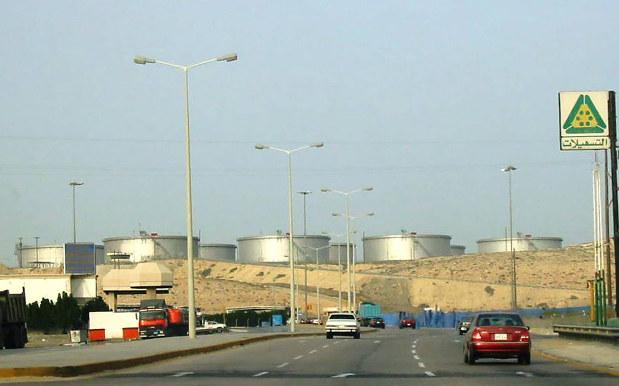 ペルシャ湾岸に立ち並ぶサウジの石油タンク群=2003年3月24日(会川晴之撮影)