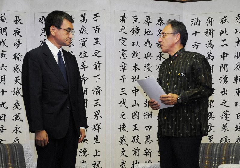 超党派議員連盟「原発ゼロの会」では、行動を共にしたが……(沖縄を訪問した河野防衛相〈左〉と玉城沖縄県知事)