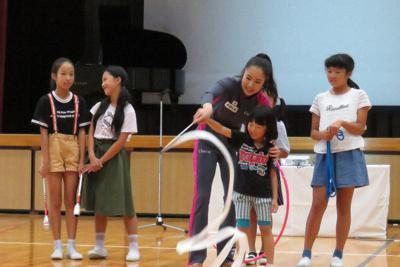 リボンの演技指導をする鈴木歩佳選手(中央)=岐阜県安八町の町立名森小学校で