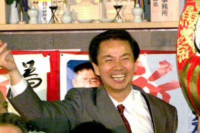 衆院選東京4区、当選確実に笑顔で支持者らに答える森田健作さんと美子夫人(下)ら=2000年6月撮影