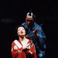 オペラ「忠臣蔵」初演の心中の場で歌う遊女・綾衣役の佐藤しのぶさん(左)=1997年5月、小林努撮影
