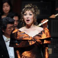 25周年記念コンサートの舞台に立つ佐藤しのぶさん=兵庫県西宮市で2010年3月、大西岳彦撮影