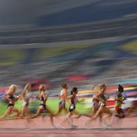 女子5000メートル予選1組で力走する選手たち。中央は6着の田中希実=カタール・ドーハで2019年10月2日、久保玲撮影